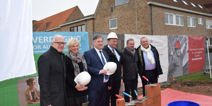 Eerste steenlegging op project De Zilvertorens in Westkapelle